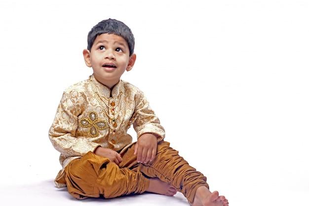 Indisches kind auf traditioneller abnutzung Premium Fotos