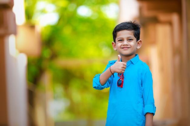 Indisches kind auf traditioneller kleidung
