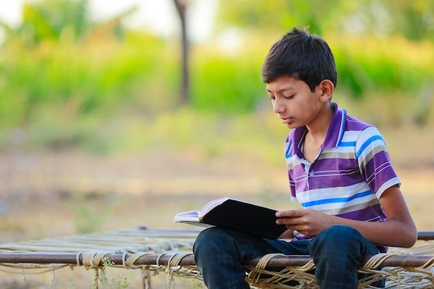 Indisches kind, das ein buch liest
