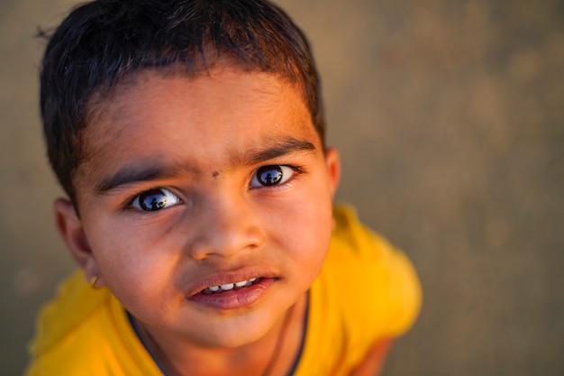 Indisches kind, das im freien spielt