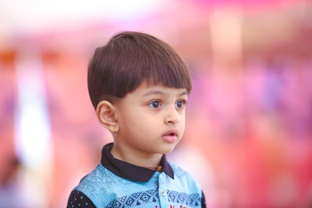 Indisches kind, das in im freien spielt