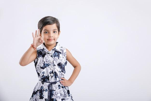 Indisches kleines mädchen, das richtung mit der hand zeigt