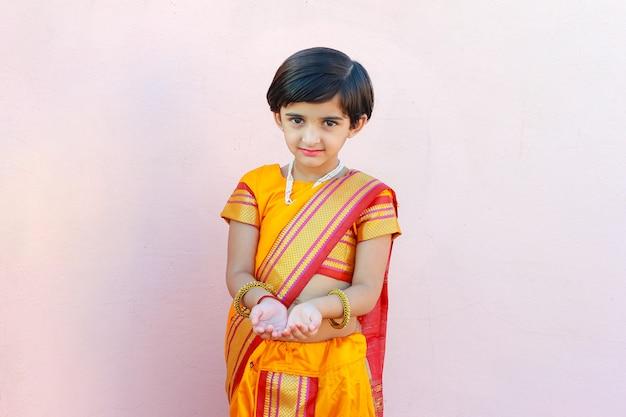 Indisches kleines mädchen im traditionellen sari
