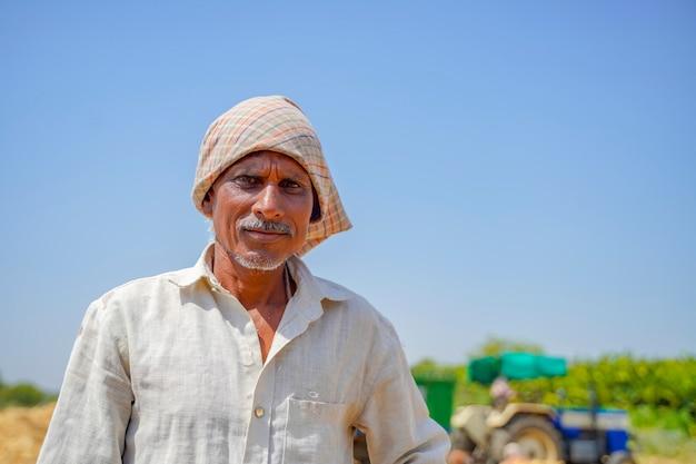 Indisches landarbeiterporträt, arbeiter, der am landwirtschaftsfeld arbeitet