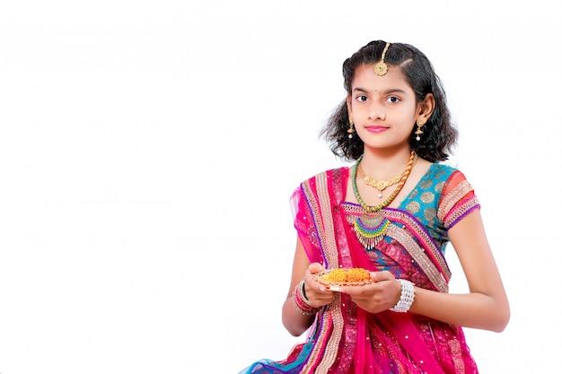 Indisches mädchen feiert diwali festival
