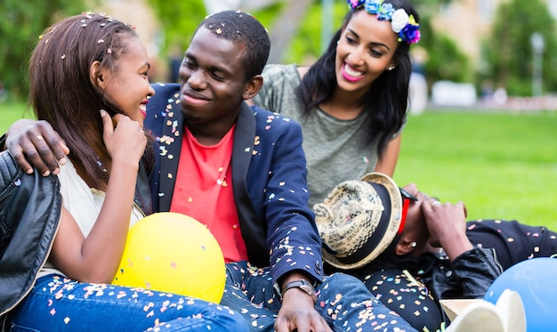 Indisches mädchen und afrikanisches paar feiern zusammen auf straßenparty