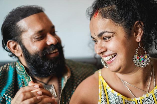 Indisches paar, das zarte momente zusammen zuhause hat
