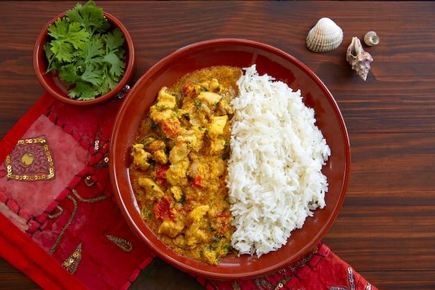 Indisches rezept des hühnercurry-tellers