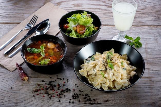 Indisches scharfes essen in schalen auf holztisch
