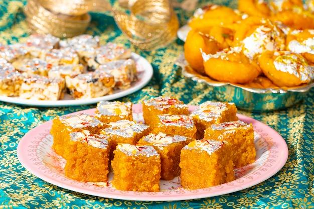 Indisches spezielles süßes lebensmittel mung dal chakki mit zuckerfreien trockenfrüchten oder chandrakala
