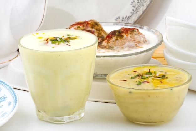 Indisches spezielles traditionelles restaurantessen lassi rabri dahivada
