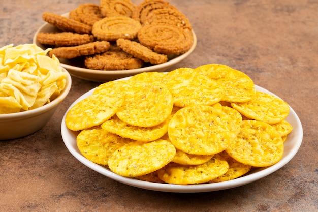 Indisches straßen-snack-food auf weinlese