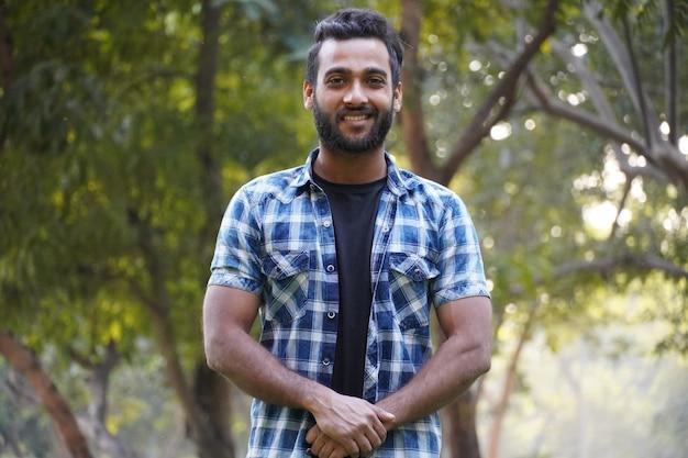 Indisches studentenporträt des jungen