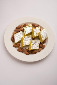 Indisches süßes essen badam katli oder barfi, auch bekannt als almond sweet burfi oder mithai, barfee