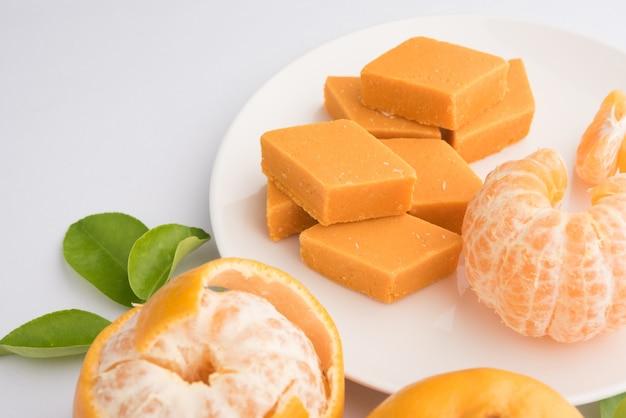 Indisches süßes essen orange burfi oder orangenkuchen oder santra burfi in hindi, lieblingsfestessen aus zentralindien