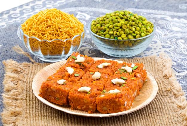 Indisches süßes lebensmittel akhrot halwa