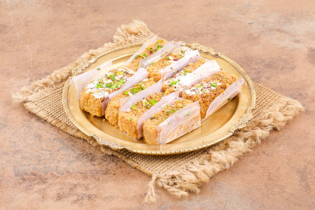 Indisches süßes lebensmittel gulab halwa