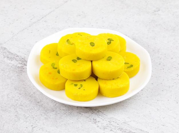Indisches süßes lebensmittel kesar peda