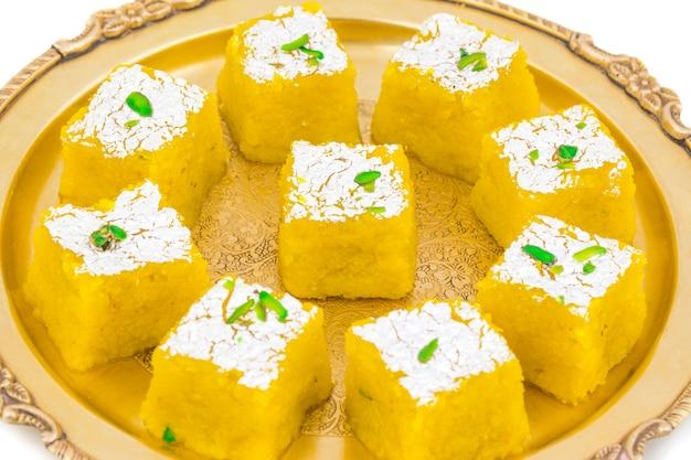 Indisches süßes lebensmittel kopra pak auf weißem hintergrund