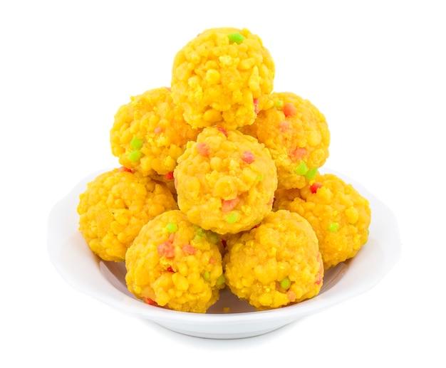 Indisches süßes lebensmittel laddu auf weißem hintergrund