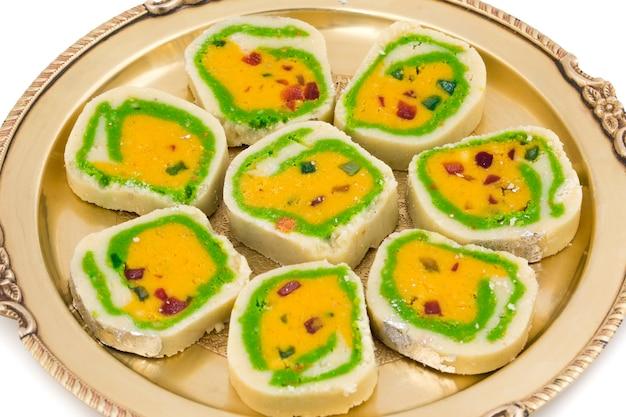 Indisches süßes lebensmittel mawa peda auf weißem hintergrund