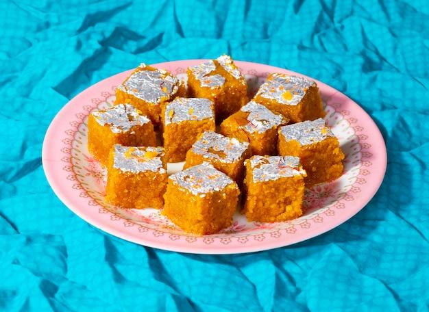 Indisches süßes lebensmittel mung dal chakki oder moong dal barfi