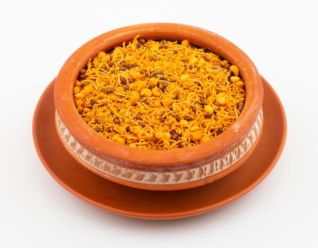 Indisches traditionelles namkeen-lebensmittel auf weiß