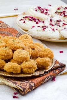 Indisches traditionelles süßes lebensmittel desi ghee ki pheni