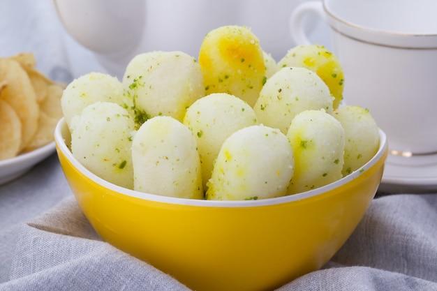 Indisches traditionelles süßes lebensmittel langes rasgulla