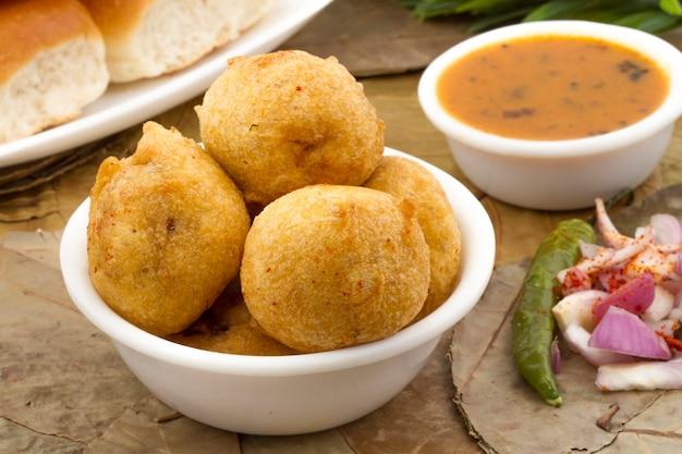Indisches vada pav essen