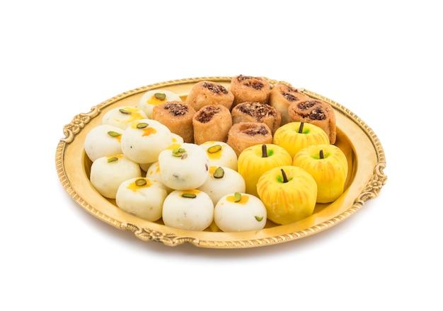 Indisches würziges bhakarwadi mit apple formte peda oder weißes peda