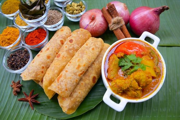 Indisches würziges kartoffelcurry oder aloo masala diente mit roti oder chapati