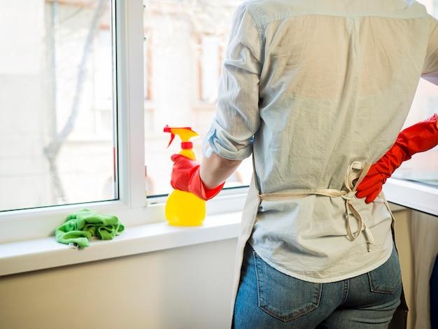 Individuelle reinigung der fenster mit spray