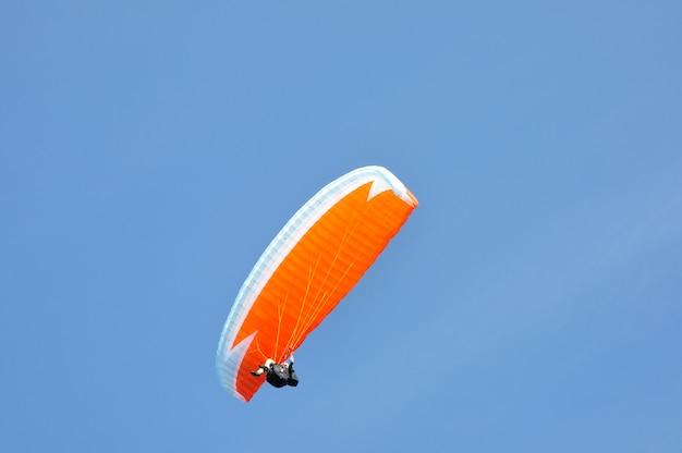 Individuelles gleitschirmfliegen und schweben im himmel