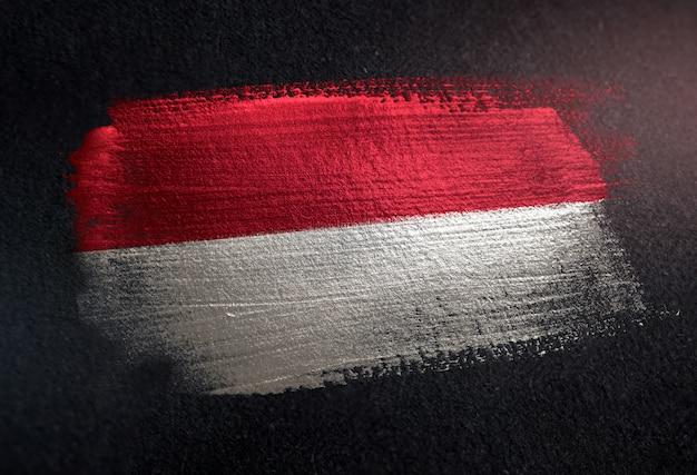 Indonesien-flagge gemacht von der metallischen bürsten-farbe auf dunkler wand des schmutzes Premium Fotos