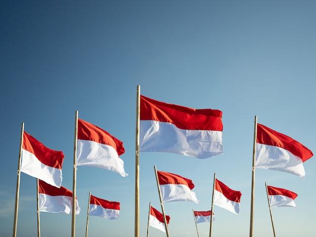 Indonesien-flaggen unter dem konzept des unabhängigkeitstags des blauen himmels