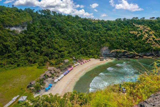 Indonesien. tropische insel. ein kleiner leerer strand zwischen felsen und dschungel