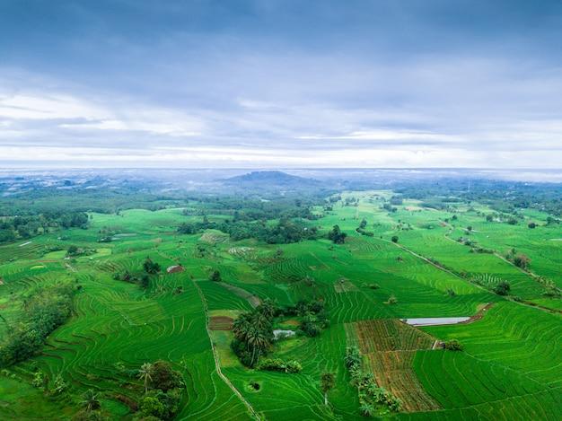 Indonesiens natürliche schönheit mit atemberaubendem panorama aus der luft