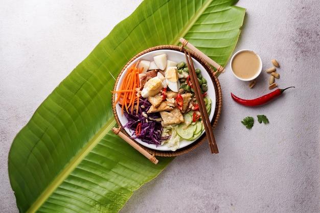 Indonesisch frisch würziger salat gado gado mit erdnusssauce