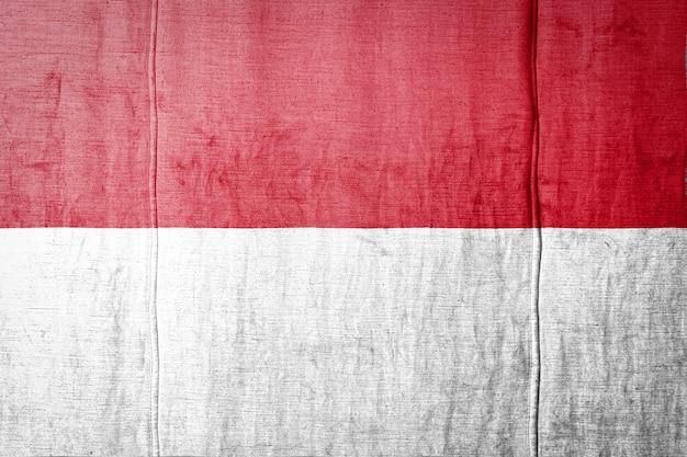 Indonesische flagge auf holzoberfläche