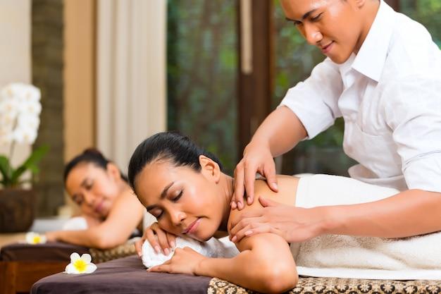 Indonesische frauen an der wellnessbadekurortmassage