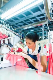 Indonesische näherin in der asiatischen textilfabrik