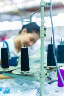Indonesische näherin in einer textilfabrik