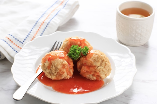Indonesische snacks: bakso goreng oder frittierte fleischbällchen. hergestellt aus hühnchen, fleisch oder garnelen mit mehl. serviert mit pikanter sauce