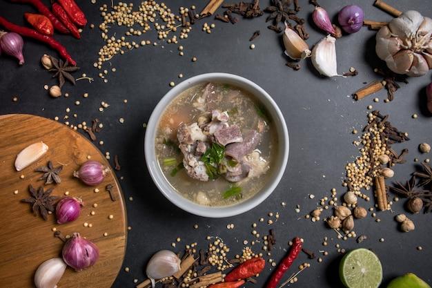 Indonesische traditionelle küche ziegensuppe auf schüssel und schwarzem hintergrund eines der aqiqah-menüs?