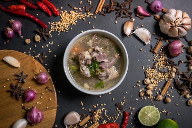 Indonesische ziegensuppe wird aus hammeltomaten sellerie frühlingszwiebeln ingwer haselnuss und limette hergestellt