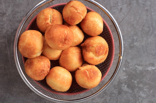Indonesisches gebratenes brot namens roti/kue bantal oder berühmter name odading, ausgewählter fokus
