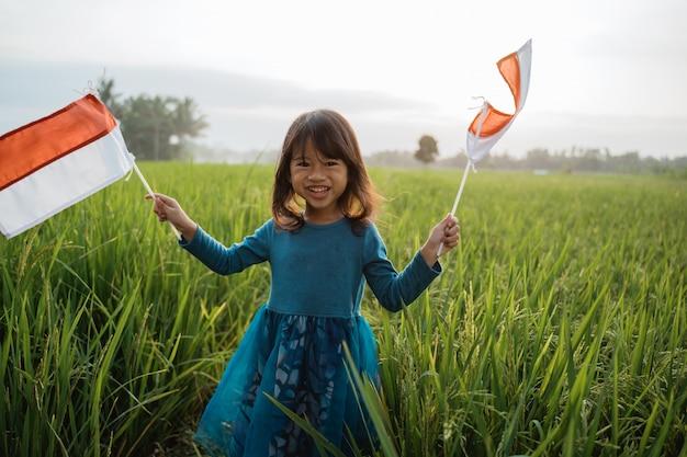 Indonesisches kind mit nationalflagge