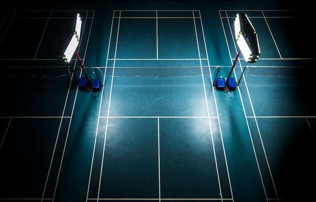 Indoor-badmintonplatz mit hellen weißen lichtern
