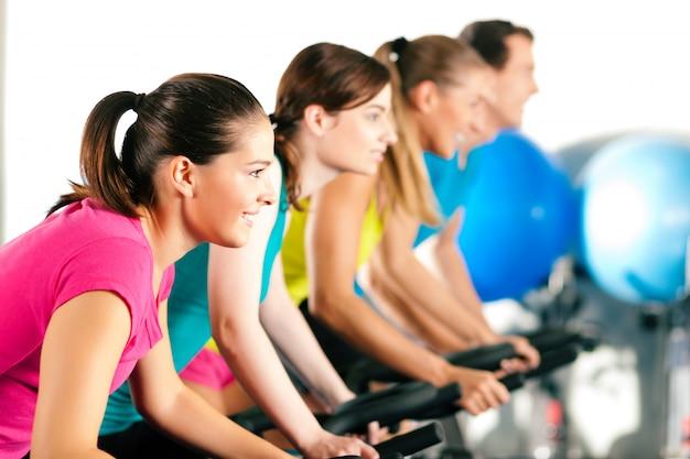 Indoor-fahrrad radfahren im fitnessstudio